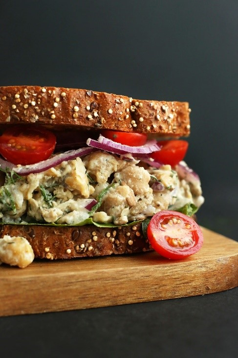 Sandwich with tuna and tomatoes